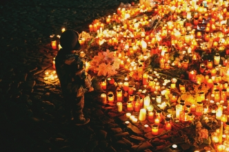 Prague prays for Paris from Bianca Dagheti via Flickr (https://www.flickr.com/photos/bianca96/22620153068/in/photolist-7jDmJ6-brR2WL-6aVEeG-Apb22-oAmZPZ-LLDQLx-B5xDjf-AsScr7-KKBUo-5UuM2u-awmTeL-6Z4DJA-bEKS4X-brQZJL-3S29eN-bEKSWg-4fjo87-bEKTYx-iheoF7-3w76n-brR2u3-5neGAv-6vLPgx-A8eXDQ-BcREG7-A9NBne-B7h5pz-A9z3zs-B3SinQ-A9noiQ-RsDhom-As9C6S-B5RtH4-B2VcKh-AutExX-B5dhoi-Ask7Ta-B6D7GP-brR1zu-6YZDEr-5BVKjk), cc (https://creativecommons.org/licenses/by/2.0/)